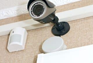 camera de surveillance au mur d'une maison