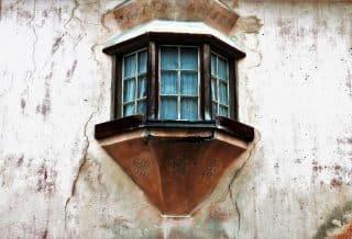 Une maison avec des fissures